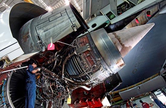 仁川(インチョン)空港アシアナ航空の航空機整備庫で機体整備チームのペ・ヨンジュン整備士がエンジンを点検している。