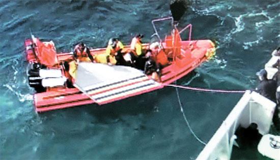 引き揚げられた翼  アシアナ航空ボーイング747貨物機が墜落した済州市(チェジュシ)西側107キロの海上で、28日、済州海上警察が航空機の残骸を回収している。(写真=済州海洋警察署提供)