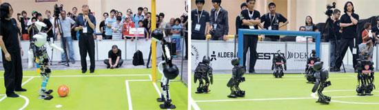 バージニア工科大学ロボットチームのリーダー、ハン・ジェグォン氏が成人型ヒューマノイド「チャーリ2」がシュートする場面を後ろから見ている。 右側の写真は児童型ロボット「ダーウィンOP」の競技場面。 ゴールポストに向かって攻撃している3台のロボットが「ダーウィンOP」チーム(写真=バージニア工科大学ロメーラ研究所)。