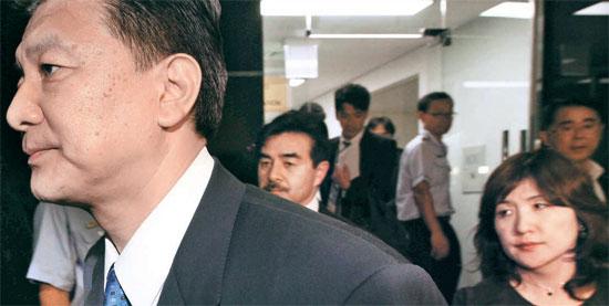 金浦(キンポ)空港に9時間ほどいた日本自民党の新藤義孝議員、佐藤正久議員、稲田朋美議員(左から)が、帰国のため1日午後8時10分発のANA航空便に向かっている。