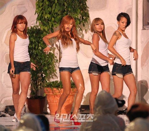 「バブルポップ(Bubble Pop)」の活動を中止することになった歌手のヒョナ(左から2番目)。