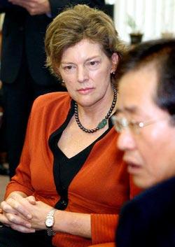 ハンナラ党の洪準杓(ホン・ジュンピョ)代表が9日、国会で、離任するスティーブンス駐韓米大使と対話している。洪代表はこの席で、米国が国際水路機関(IHO)に「日本海と表記する」という意見を提出したことに関連し、東海表記を併行するよう要請した。