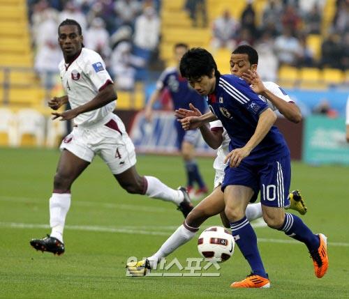 日本代表チームの香川真司(ドルトムント、右)。