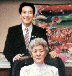 前原前外相が国土交通相時代に母親のように慕っていた在日同胞チャン氏を執務室に招き撮影した記念写真。