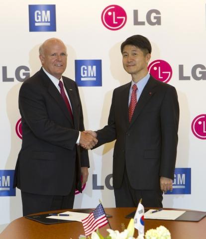 アカーソンGM会長と趙俊鎬LG社長が電気自動車を共同開発するための協約を締結した。