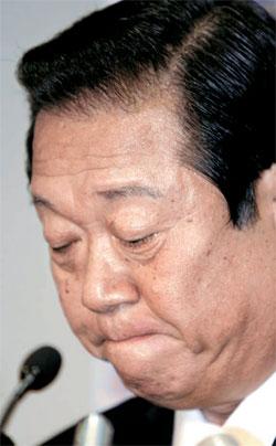 日本政界の実力者、小沢一郎元民主党代表がリーダーシップに傷を負った。29日、自身が支援した海江田万里経済産業相が党代表選挙戦で脱落したためだ。写真は2007年の党代表辞任当時の姿。