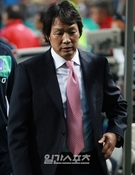 札幌で日本に惨敗したサッカー韓国代表の趙広来(チョ・グァンレ)監督
