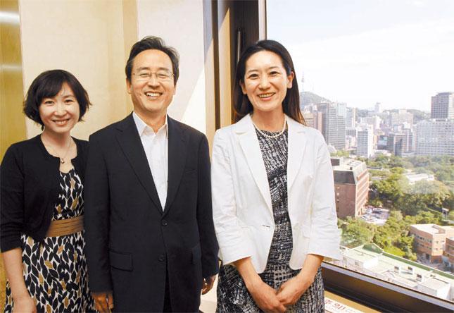 韓日中3カ国協力事務局を率いる申鳳吉(シン・ボンギル)初代事務総長(真ん中)と中国から赴任してきた毛寧事務次長(左)、日本から来た松川るい事務次長(右)。窓の外には旧韓国末の韓半島の利権をめぐり中国と日本の角逐の舞台になった徳寿宮(トクスグン)が見える。