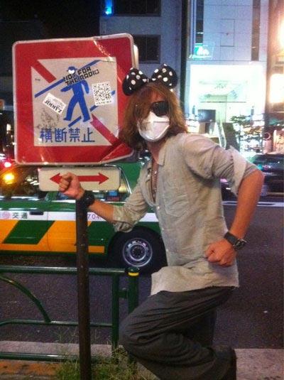 日本の大通りでおかしなポーズを取っている俳優チャン・グンソク(写真=ツリーJカンパニーのツイッター)。
