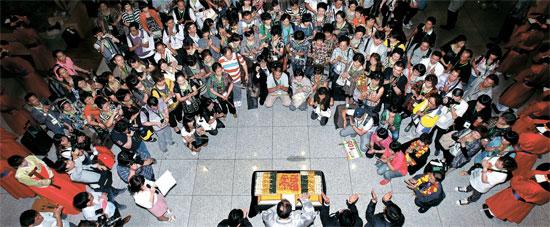 中国企業「宝健」の役職員1万1000人が13日から順に韓国観光を始めた。 宝健の職員は28日まで8つのグループに分かれて韓国を旅行する予定。 13日、仁川(インチョン)空港でイ・チャム韓国観光公社社長らが入国した宝健の職員を歓迎している。