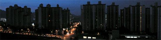 残暑で電力の使用が急増し、予備電力が不足した15日、韓電が予告なしに「輪番停電」を実施し、全国で停電が発生した。午後7時8分、大田市(テジョンシ)クァンジョ洞の団地が停電で真っ暗になっている。電気がついている手前の建物はクボン高校。[大田=キム・ソンテ(フリーランサー)]