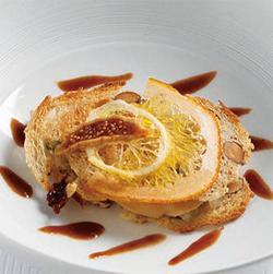 フォアグラにオリジナルのキムチを細かく切ってのせた料理。