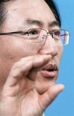 崔重卿(チェ・ジュンギョン)知識経済部長が先週発生した停電事態と関連し、18日、政府の果川(カチョン)庁舎で記者会見を開いた。崔長官が輪番停電措置を取った経緯を説明している。