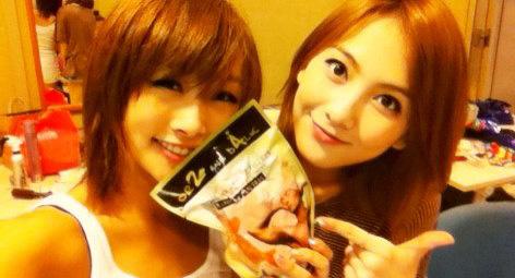 鶏の胸肉を手に笑顔を見せているKARA(カラ)のニコル(左)とカン・ジヨン(写真=ニコルのツイッター)。