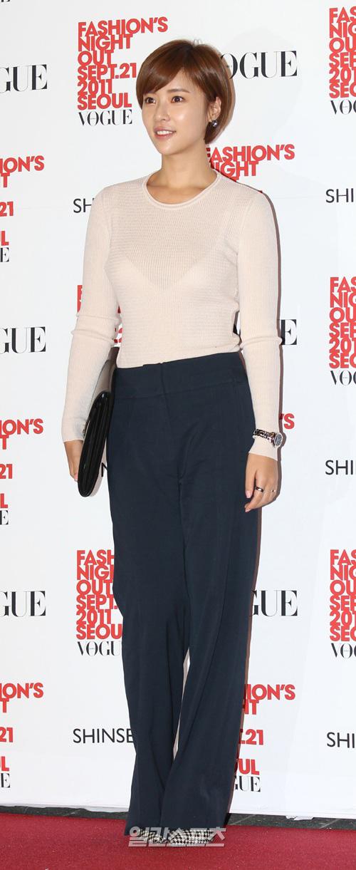 21日、世界的なファッション誌「VOGUE」が主催するショッピング・イベント「FASHION'S NIGHT OUT」に参加した女優のファン・ジョンウム。