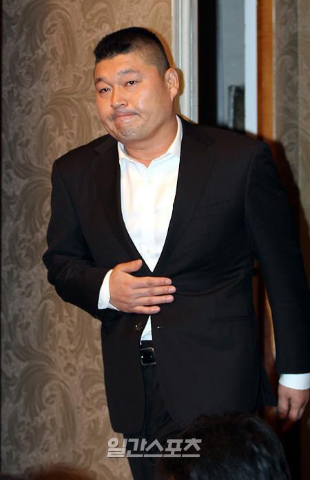 脱税疑惑で芸能界「暫定引退」を宣言したタレントのカン・ホドン(41)。