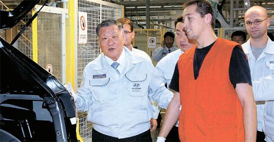 鄭夢九(チョン・モング)現代自動車グループ会長が21日(現地時間)、チェコ工場を訪問、車両の品質を点検し、現地職員を激励している。鄭会長はこの日、「現地役職員の労苦のおかげで現代・起亜車は勢いに乗り、日本ライバル企業を追い抜いた」と述べた。