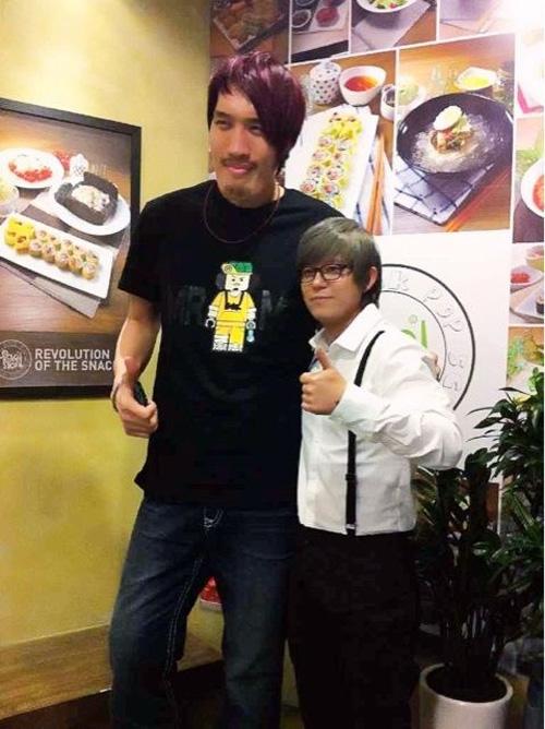 チェ・ホンマン(左)と歌手のトニー・アン(写真=トニー・アンのツイッター)。