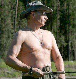 2007年8月、シベリアのエニセイ川で上着を脱いで釣りを楽しんでいるプーチン首相。