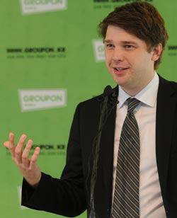 6月に訪韓したグルーポンの創業者兼最高経営責任者(CEO)のアンドリュー・メイソンがソウル・プラザホテルで開かれた記者懇談会場でグルーポンの成功秘訣を紹介している。