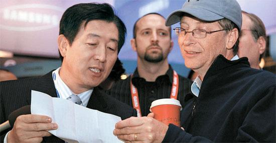 三星電子と米マイクロソフトが28日に新製品を共同開発し、特許を共有するなど協力提携を結んだと発表した。写真は2007年にラスベガスで開かれた家電見本市「CES2007」で三星電子展示館を訪問したMSのビル・ゲイツ会長(右、肩書きは当時)が崔志成(チェ・ジソン)三星電子副会長と話を交わす姿。
