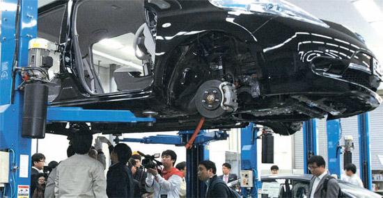 5日午前、京畿道華城市(キョンギド・ファソンシ)ナムヤン技術研究所の設計棟で、現代・起亜(ヒョンデ・キア)車の職員と部品協力会社の研究開発(R&D)担当者がライバル車種の日産「リーフ」を分解し、最新部品を確認している。 現代・起亜車は協力会社の職員とともに毎年20台ほどのライバル車種を分解・分析し、技術を共有している。