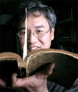 日帝時代の語文・教育政策を研究するため教科書およそ280種類を収集したホ・ジェヨン教授。