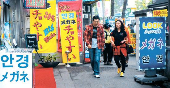 最近の中国観光客特需の中でもソウル・南大門市場(ナムデムンシジャン)を訪れる中国人はほとんどない。写真は韓国語と日本語だけ併記している南大門市場商店街の10日の様子。