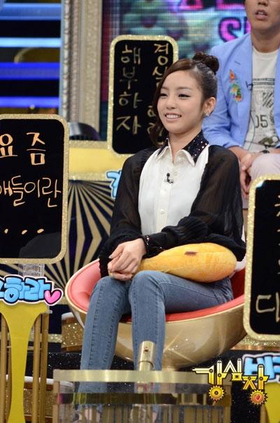 18日放送のSBS(ソウル放送)のバラエティー番組「強心臓」で後輩に対する悩みを告白しているKARA(カラ)のク・ハラ(写真=SBS「強心臓」)。