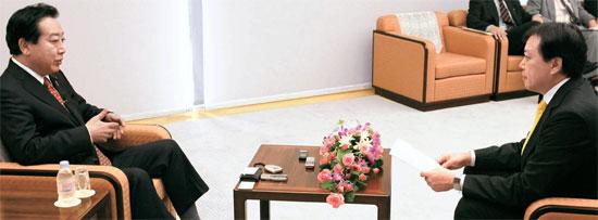 野田佳彦日本首相(左)が17日、東京の首相官邸で補佐官が同席した中、金玄基(キム・ヒョンギ)中央日報特派員のインタビューに応じている。野田首相は慰安婦問題など敏感な部分については慎重だったが、自衛隊出身の父と松下政経塾などの質問には詳しく答えた。