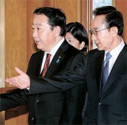 李明博大統領が19日、青瓦台で日本の野田佳彦首相を単独会談場に案内している。
