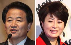 民主党の鄭東泳(チョン・ドンヨン)議員(左)とハンナラ党の鄭玉任(チョン・オクイム)議員。