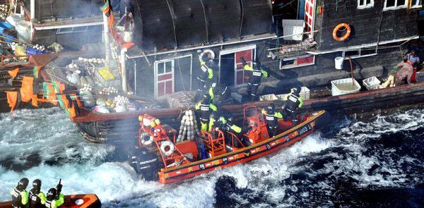 木浦(モクポ)海洋警察が22日午後、違法操業中だった30トン級の中国漁船の取り締まりに出た。中国漁船の船員はシャベルと棒で武装し激しく抵抗している(写真=木浦海洋警察提供)。