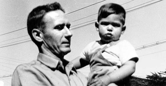 養父のポール・ジョブズに抱かれた赤ん坊スティーブ・ジョブズ。1956年2歳のスティーブ・ジョブズが養父ポール・ジョブズに抱かれている。高等学校を中退した養父と高卒の養母は「お金を貯めて子どもを大学に入れる」という誓約書を書いてジョブズを養子にした(写真=民音社提供)。