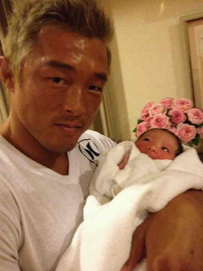 娘を抱いている秋山成勲。