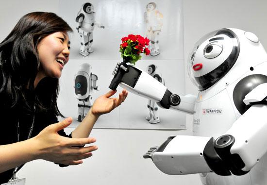 韓国科学技術研究院(KIST)のキム・ムンサン博士チームが開発したロボット「キボ(KIBO)」(右)(写真=KIST提供)。