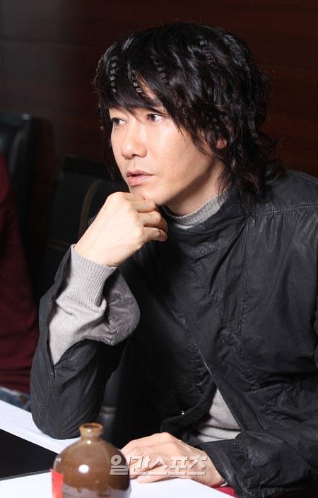 インタビューの中で「独島のために脅迫メールもたくさん受ける」と話した歌手のキム・ジャンフン。