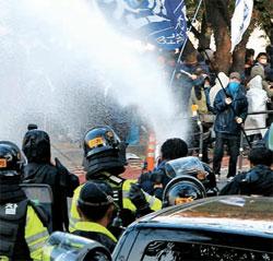 28日、韓米FTA国会批准に反対する市民団体の会員が国会本庁への進入を試みた。警察がデモ隊に向けて高圧放水砲を放っている。