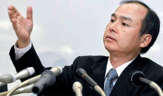孫正義会長が04年10月、東京証券取引所で、超高速インターネット事業の子会社「ヤフーBB」の上半期の実績を発表している。(写真提供=ブルームバーグ)