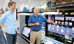 米国の電子製品販売店ベストバイで販売員がサムスンのスマートテレビシリーズを紹介している。