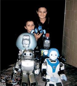 「ドロシーの冒険」公演後、ロボット俳優と記念撮影をするイタリアの子どもたち。 (写真=ロボットエバー提供)