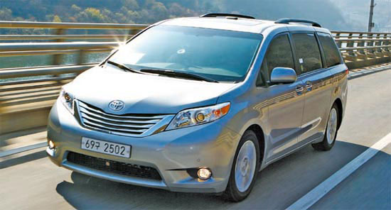 8日から販売が始まるトヨタのミニバン「シエナ」。3日、記者団を対象に試乗行事が開かれた。