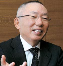 柳井正会長は10日、「公式日程のためにスーツを着ているが、カジュアルが好きで、ユニクロの服をよく着る。きょうも下着と靴下はユニクロ製品を着ている」と話した。