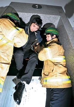 民防衛訓練の一環として大規模な停電対応訓練が15日、全国的に実施された。 この日午後2時、大田(テジョン)市庁で行われた訓練で、119隊員が停電でエレベーターに閉じ込められた市民を救助している。
