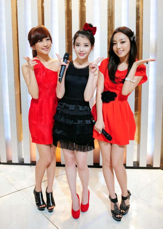 20日のSBS(ソウル放送)「人気歌謡」の生放送に司会者として投入され、IU(アイユー、中央)と息を合わせたKARAのニコル(左)とク・ハラ(右)。