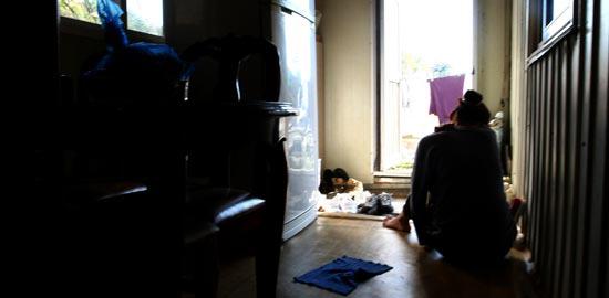 全羅南道長興で数年間にわたり村の住民に性的暴行を受けてきた21歳の女性が自宅の台所に座っている。精神障害がある女性は最近は家の中だけで生活している。