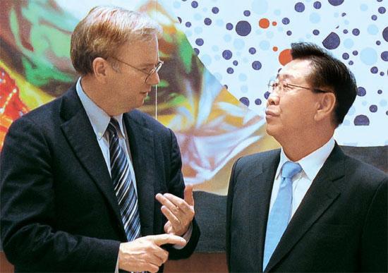 8日にソウルのポスコセンターでグーグルのエリック・シュミット会長(左)とポスコの鄭俊陽会長が会った。この席で両会長は世界の鉄鋼業界のリーダーのポスコにグーグルの情報技術と革新的な企業文化のノウハウを移転することで合意し、23日にこのための覚書を結んだ。