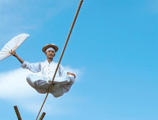 ユネスコ無形文化遺産になった綱渡り。男寺党バウドギ風物チームが綱渡りの公演をしている。簡単なものから始め徐々に難度を高めながら40種類を超える技を見せる。