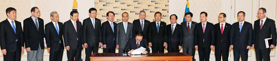 李明博(イ・ミョンバク)大統領が29日午前、青瓦台(チョンワデ、大統領府)で国務会議を通過した韓米FTA履行法律公布案14件に署名している。