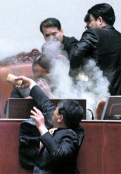 22日に国会本会議場で鄭義和副議長に催涙ガスをまいている民主労働党の金先東(キム・ソンドン)議員。